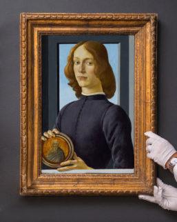 """Hombre joven sujetando un medallón"""" de Botticelli"""