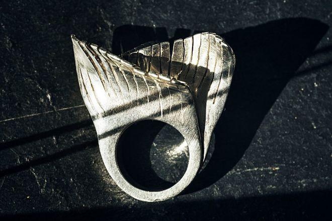 Anillo de plata cuya silueta sugiere movimiento y recuerda a las olas del mar, al Guggenheim, Bilbao... 1.200 euros.