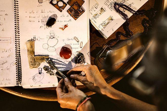 Charo Casteres trabajando en una de las joyas.