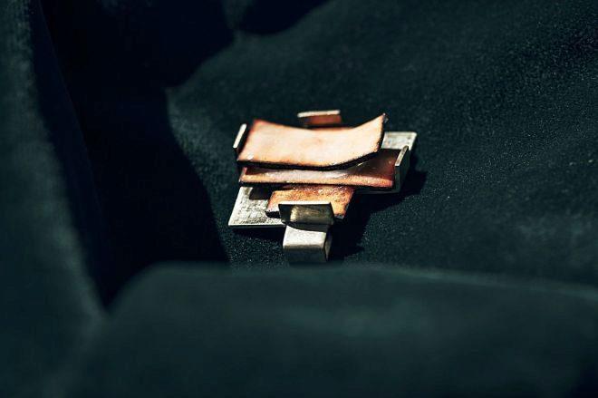 Colgante en plata de ley y esmalte al fuego sobre cobre. 225 euros.