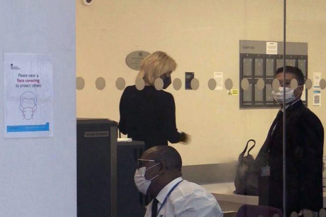 Captura de vídeo de la llegada este viernes de la empresaria alemana Corinna Larsen a los juzgados de Londres, para comparecer por videoconferencia en el primer juicio del excomisario José Villarejo como acusado por calumnias al exdirector del Centro Nacional de Inteligencia (CNI) Félix Sanz Roldán.