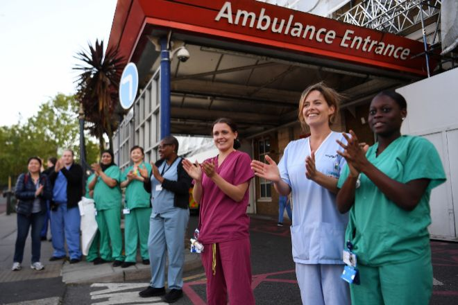 Aplausos a personal sanitario en Reino Unido.