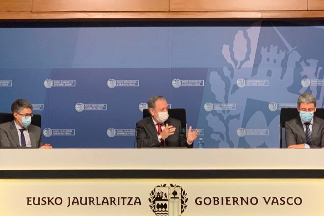 Pedro Azpiazu (centro), junto al viceconsejero de Economía, Hernando Lacalle, y el director de Economía, Jordi Campàs, este lunes en Vitoria.