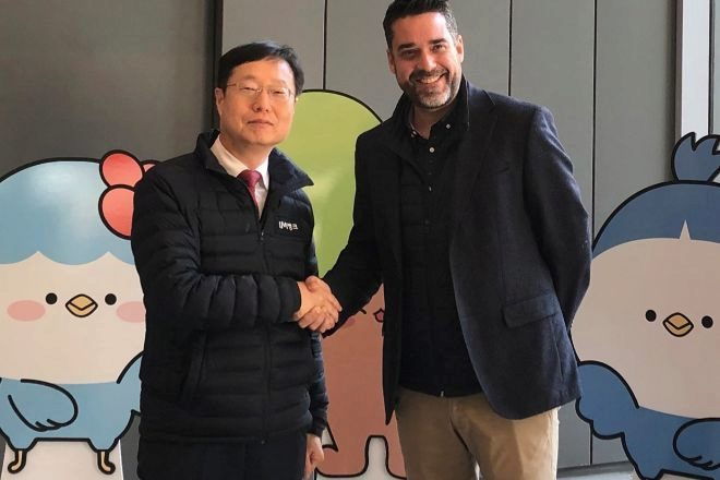 Soong-In Lee, vicepresidente ejecutivo de Daegu Bank, junto a Javier Mira, CEO de FacePhi.