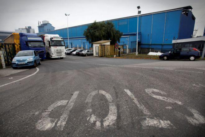 GRAF8418 A CORUÑA (Galicia) 17/10/2018.- La dirección de lt;HIT gt;Alcoa lt;/HIT gt; ha trasladado a su Comité Europeo su decisión de cerrar sus plantas en Avilés y A Coruña, que dan empleo a 300 y 400 personas, respectivamente, han informado a Efe fuentes sindicales.Los sindicatos de las tres plantas de la multinacional en España -Avilés, A Coruña y San Cibrao ( lt;HIT gt;Lugo lt;/HIT gt;)- han sido convocados este mediodía por la dirección para detallar la decisión.Fuentes sindicales han apuntado que uno de los argumentos esgrimidos por la multinacional es el elevado precio de la energía, así como de la materia prima, la alúmina. En la foto, factoria de lt;HIT gt;Alcoa lt;/HIT gt; en A Coruña.EFE/Cabalar