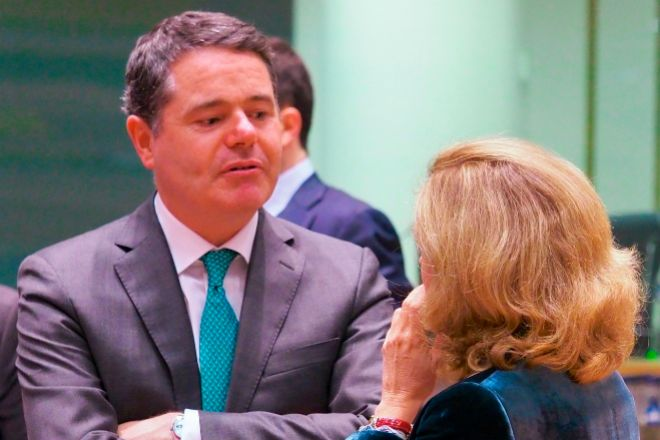 El presidente del Eurogrupo, Paschal Donohoe y Calviño conversan en una foto de archivo.