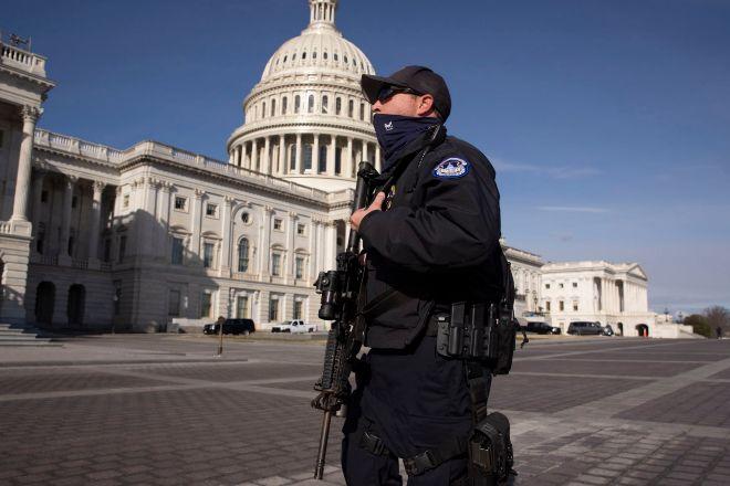 Un agente de Policía custodia el Capitolio, a dos días de la toma de posesión de Biden.