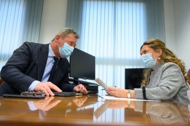 La consejera de Salud, Gotzone Sagardui, junto al portavoz del Gobierno vasco, Bigen Zupiria, este martes tras el Consejo de Gobierno.