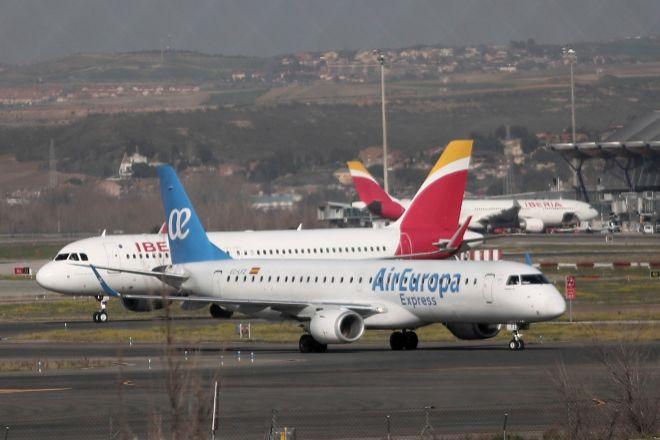 Un avión de Iberia y otro de Air Europa.