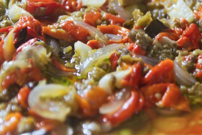 Receta de ensalada asada de pimientos rojos, tomates, patatas y cebollas