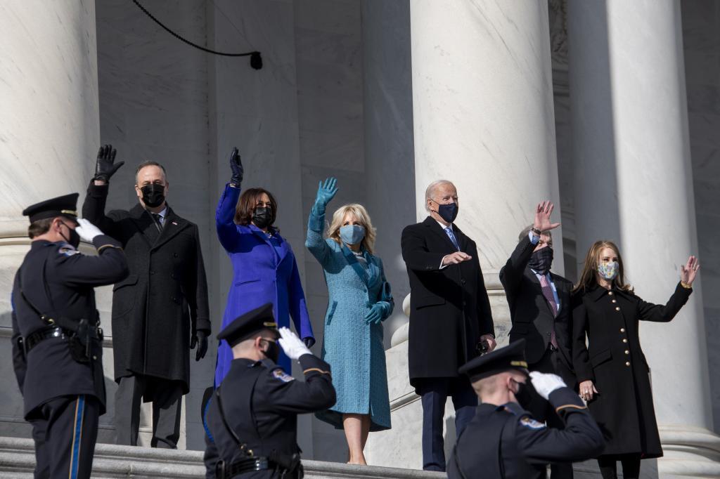 El presidente electo de EEUU, Joe Biden saluda desde la escalinata oeste del Capitolio.