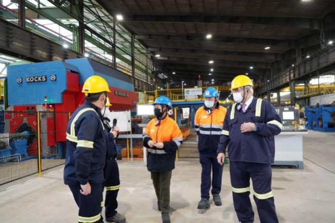Responsables de Sidenor y del Gobierno vasco, este miércoles durante la visita a la planta de Basauri (Bizkaia).