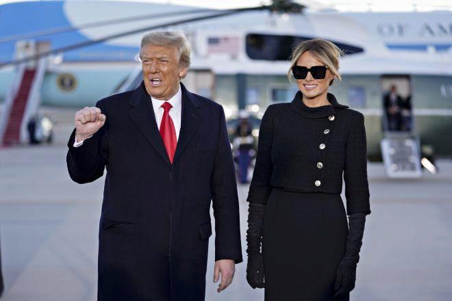 El ya expresidente de Estados Unidos, Donald Trump, saluda con el puño cerrado al llegar ayer con la ex primera dama, Melania Trump, a su ceremonia de despedida de la Presidencia en la Base de la Fuerza Aérea Andrews, Maryland.
