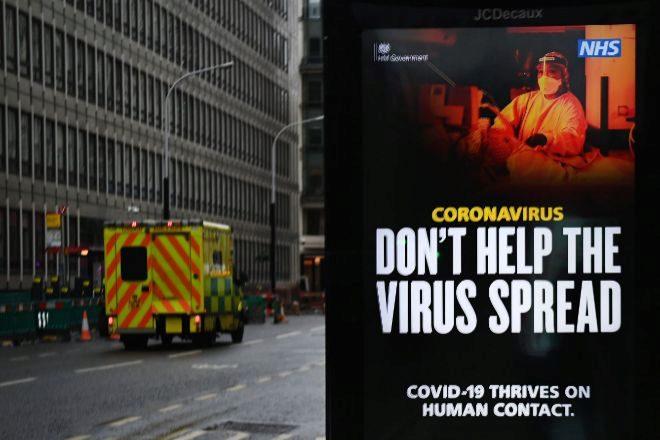 Un cartel de una campaña de salud pública en una marquesina ayer en Londres.