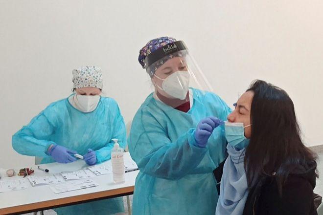 Varios sanitarios realizan test de antígenos en la Universidad Rey Juan Carlos, ayer en Móstoles (Madrid).