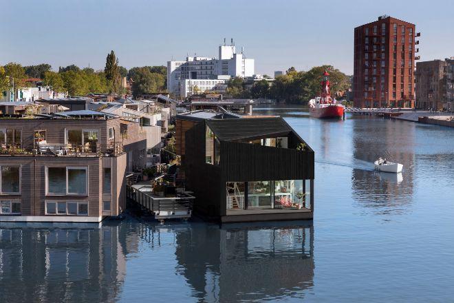 Schoonschip es un barrio flotante y autosuficiente. Formado por 46 villas flotantes, esta comunidad aspira a convertirse en el barrio flotante más sostenible de Europa. Basado en los planos del estudio Space & Matter, 100 residentes de Ámsterdam ya viven en este canal, con pasado industrial pero que hoy es una de las zonas más modernas de la ciudad. La energía es 100% sostenible, el agua empleada se recicla en regadío, y cuentan con espacio propio para biodiversidad natural. En la imagen, aparece una de las últimas incorporaciones, una vivienda encargada al estudio i29.