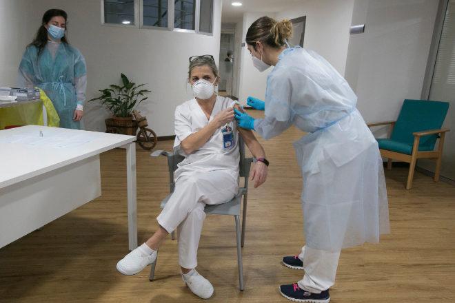 Una técnico auxiliar de cuidados de la residencia Socorro Mancebo recibe la segunda dosis de la vacuna de Pfizer-BioNTech contra el coronavirus en el Centro Polivalente de Recursos Residencia Mixta de Gijón.