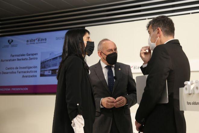 De izquierda a derecha, Nekane Balluerka, rectora de la UPV/EHU,  Ramiro González, diputado general de Álava, e Iñaki San Sebastián, CEO de Tecnalia.