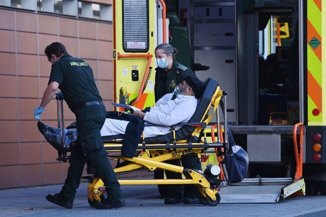 """Sanitarios ingresan aun paciente ayer en el Royal London Hospital, con los servicios nacionales de salud (NHS) bajo una """"severa presión"""" ante una incidencia de más de mil contagios al día."""