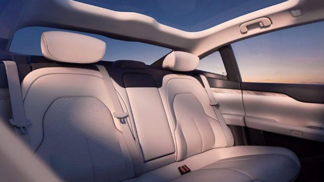 Los interiores siguen la estética minimal de Tesla.