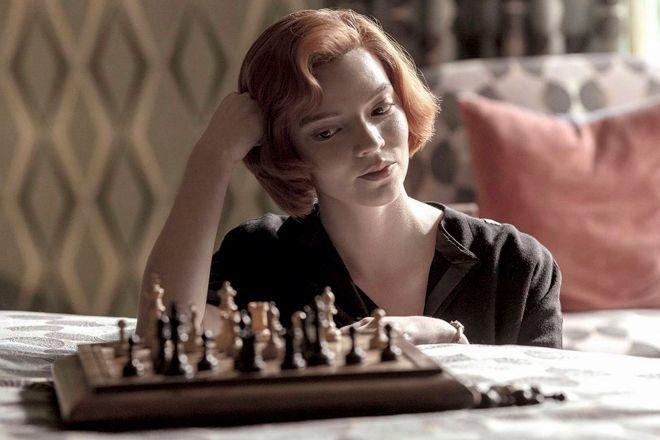 Anya Taylor interpreta a Beth Harmon en la miniserie 'Gambito de dama'.