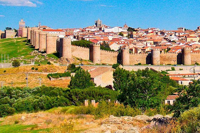 La imagen más universal de Ávila es su muralla, una construcción defensiva que marca -intramuros y extramuros- el carácter de la ciudad.