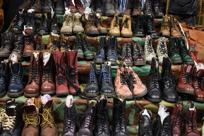 Dr. Martens ha pasado de ser la marca de botas que calzaban los 'skinheads' a convertirse en un icono de moda en los últimos años.