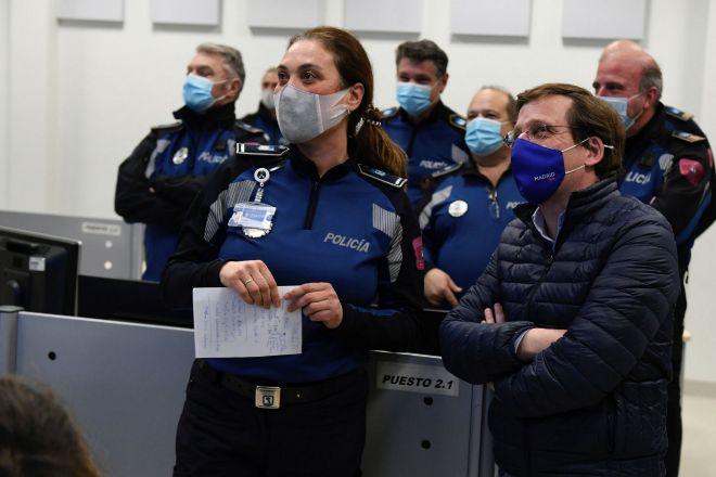 El alcalde de Madrid, José Luis Martínez Almeida (d) acude a conocer el dispositivo de la Policía Municipal para garantizar el cumplimiento de las nuevas restricciones sanitarias.