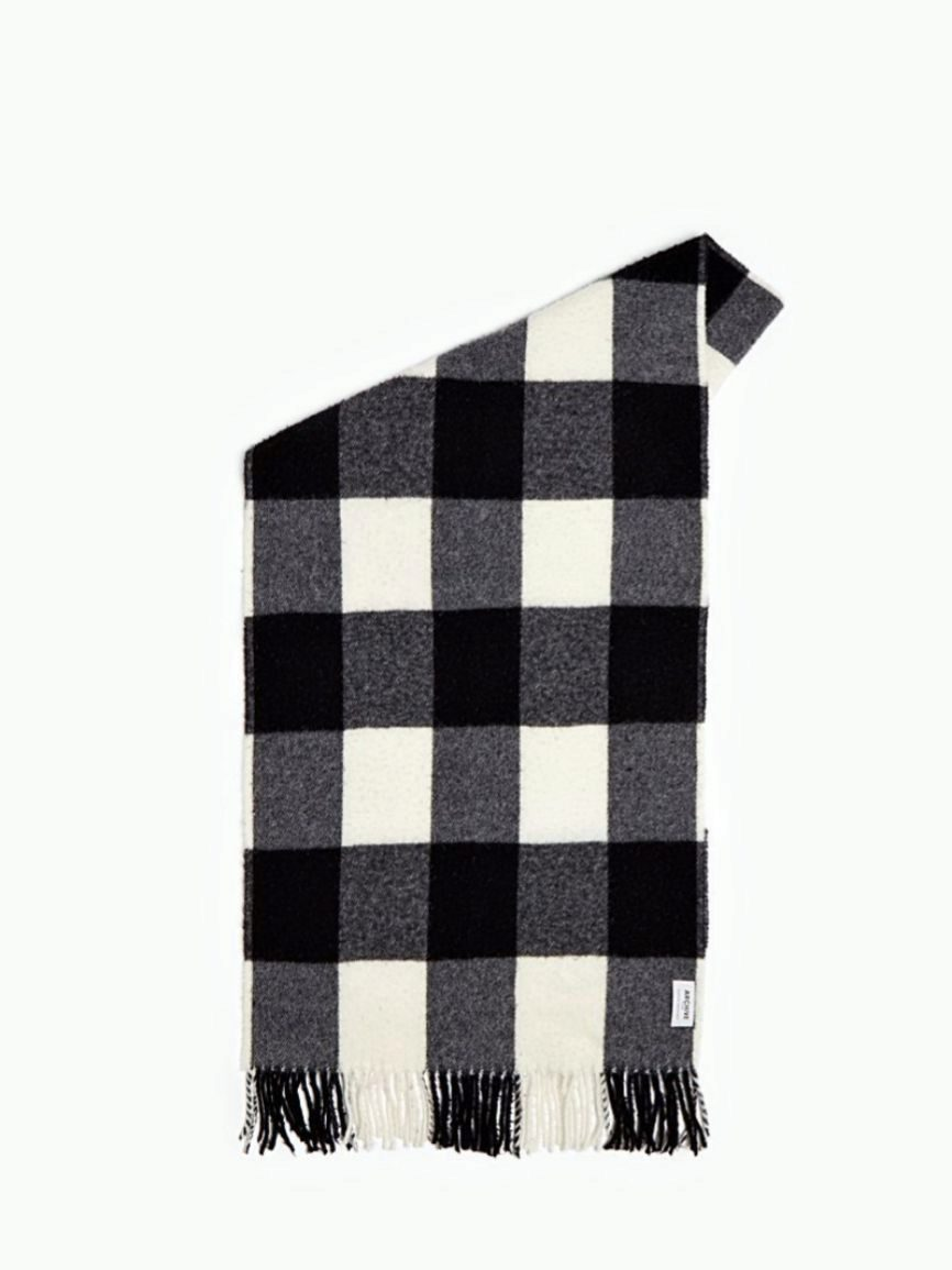 De lana estampada, flecos y con cuadros negros y blancos. También...