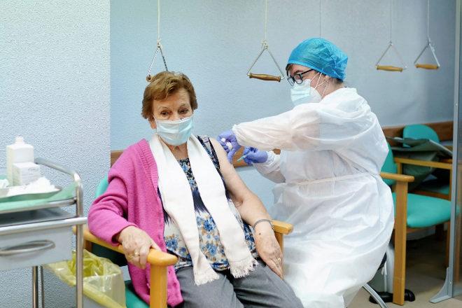 Administración de la segunda dosis de la vacuna contra el covid-19 en la Residencia de Mayores de Vallecas.