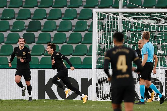 El centrocampista del FC Barcelona Ricard Puig Martí (2i) celebra su gol ante el Elche.