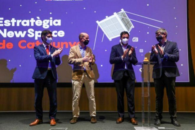 Acto para la firma del diseño construcción y lanzamiento de dos nanosatélites catalanes al espacio con el conseller de Polítiques Digital del Ejecutivo catalán, Jordi Puigneró (a la izquierda).