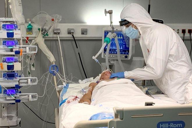 Sanitarios tratan a un paciente de Covid en el Hospital público Enfermera Isabel Zendal.