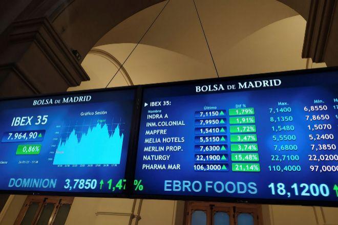 Pantallas con información bursátil en la Bolsa de Madrid.