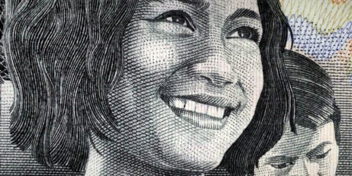 Imagen de la campaña de Bankinter realizada con billetes del mundo.