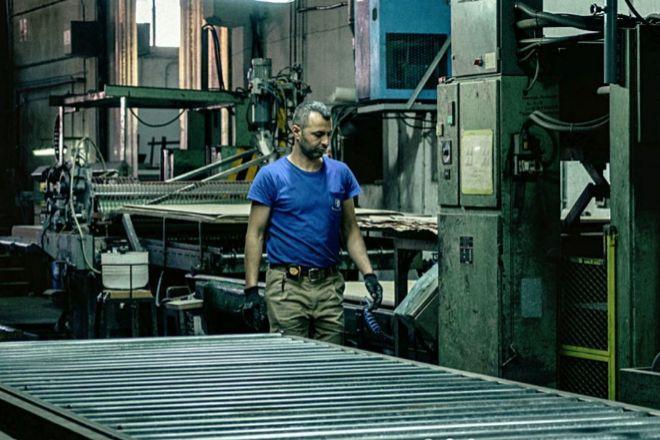 Un operario en la fábrica de Rechapados Ferrer.