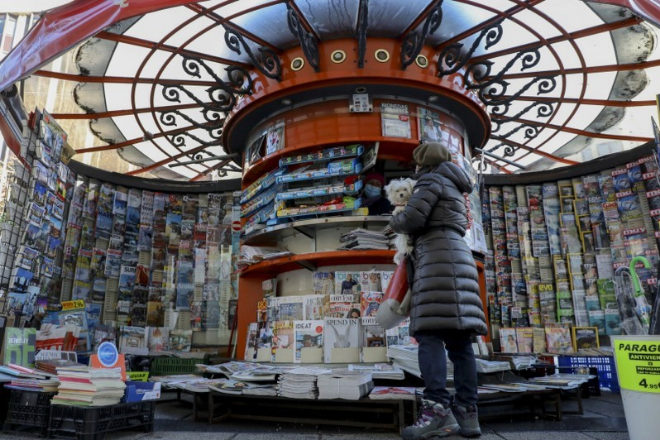 Una lectora acude a un kiosco de prensa en Madrid