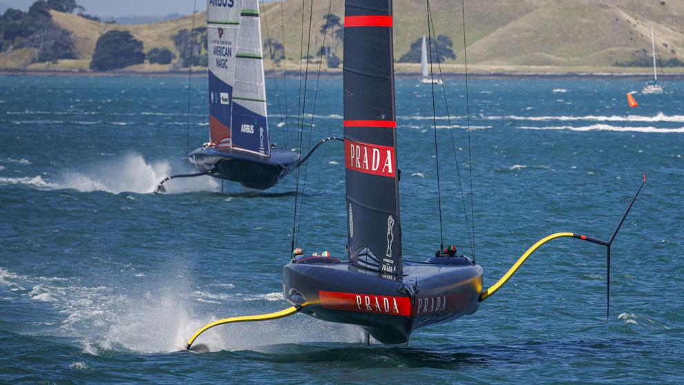 La embarcación Luna Rossa Prada Pirelli perseguida por el NYYC...