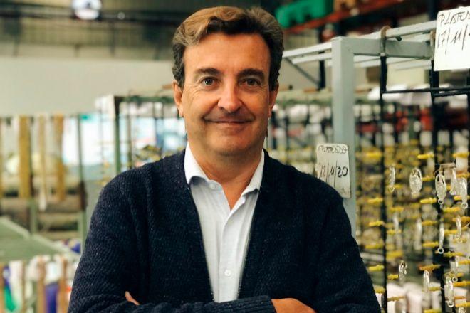 Las piezas de Vidal&Vidal se fabrican en Menorca, que al ser Reserva de la Biosfera, exige un proceso industrial cien por cien sostenible. Jesús Vidal es el propietario de la marca, que acumula la experiencia de tres generaciones de fabricantes de bisutería.