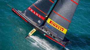 La embarcación Luna Rossa Prada Pirelli disputando este sábado la...