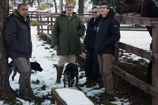 De izqda. a dcha., Fernando Morán (veterinario), el arquitecto Arturo Grinda, Mariano Berzal, encargado de La Serreta, y Miguel Ángel Capriles.