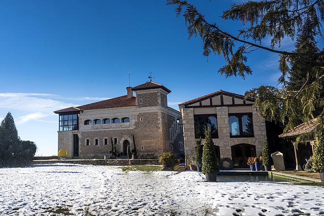 Vista del palacio de La Serreta, con una superficie de 1.039 m2 , y la casa de huéspedes adjunta. Cerca está también la ermita de San Antón, del siglo XVI.
