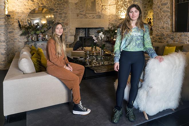 Mischka (izqda.) y Magally Capriles, 24 y 28 años, hijas de Miguel Ángel Capriles, en La Serreta. Lamarca, su proyecto de moda, gastronomía y bienestar, busca conectar aspectos del campo con la ciudad.
