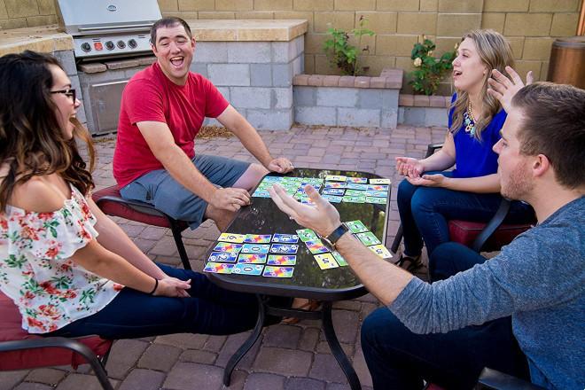 Skyjo, un juego para disfrutar aprendiendo matemáticas que hará más fácil que el próximo Jeff Bezos salga de tu casa