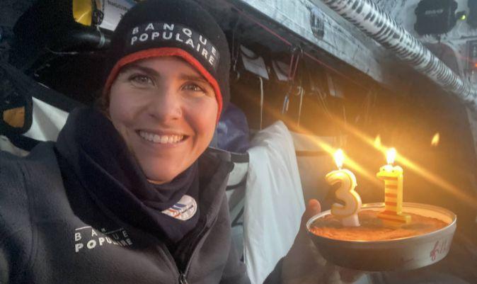 CUMPLEAÑOS INHÓSPITO. El 30 de diciembre, Cremer celebraba su trigésimo primer aniversario en el Pacífico Sur con una tarta en el interior de su velero.   C. CREMER / VG2020