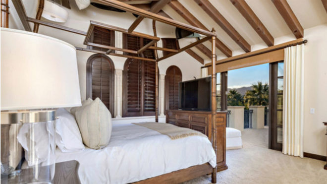 One of the eight bedrooms of the mansi