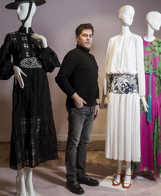 Jorge Vázquez junto a alguno de sus diseños.