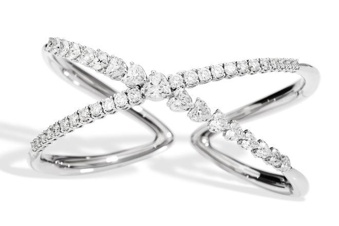 Pulsera Anniversary Love con doble muelle de oro blanco de 18k con diamantes talla brillante en forma de corazón y diamantes redondos.