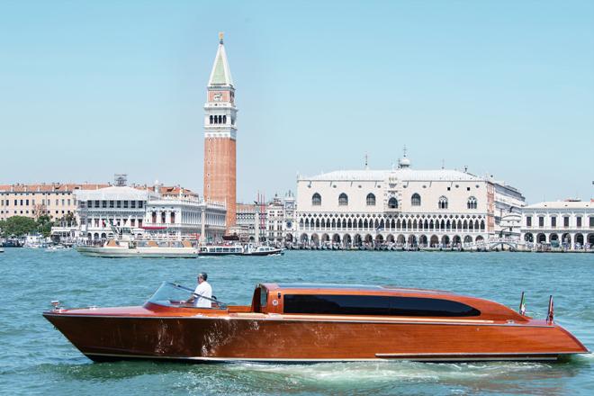 El yate de Serenella en aguas de Venecia, sede este constructor.