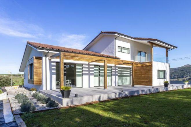 Casa Patxaran es una vivienda certificada como casa pasiva plus situada en Villanueva de Villaescusa, Cantabria, y un ejemplo del auge de la sostenibilidad residencial.
